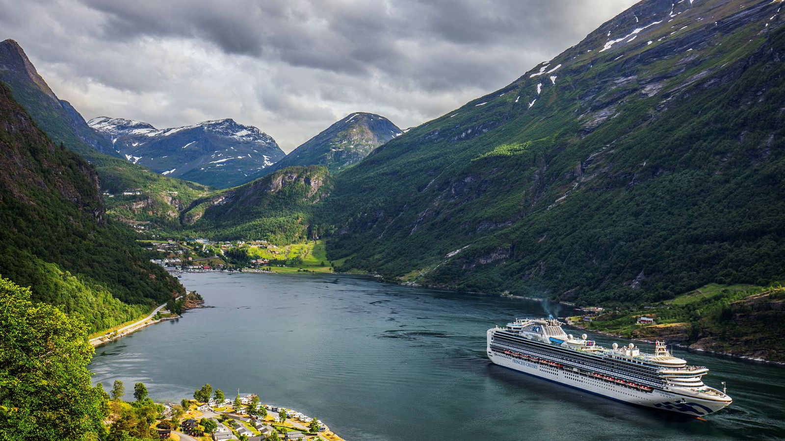 Stranda kommune skal i samarbeid med Møre og Romsdal fylkeskommune utvikle nye utslippsfrie løsninger for å håndtere utfordringene knyttet til utslipp fra turisterferger i Geirangerfjorden. De mottar 250.000 kroner fra regjeringen.