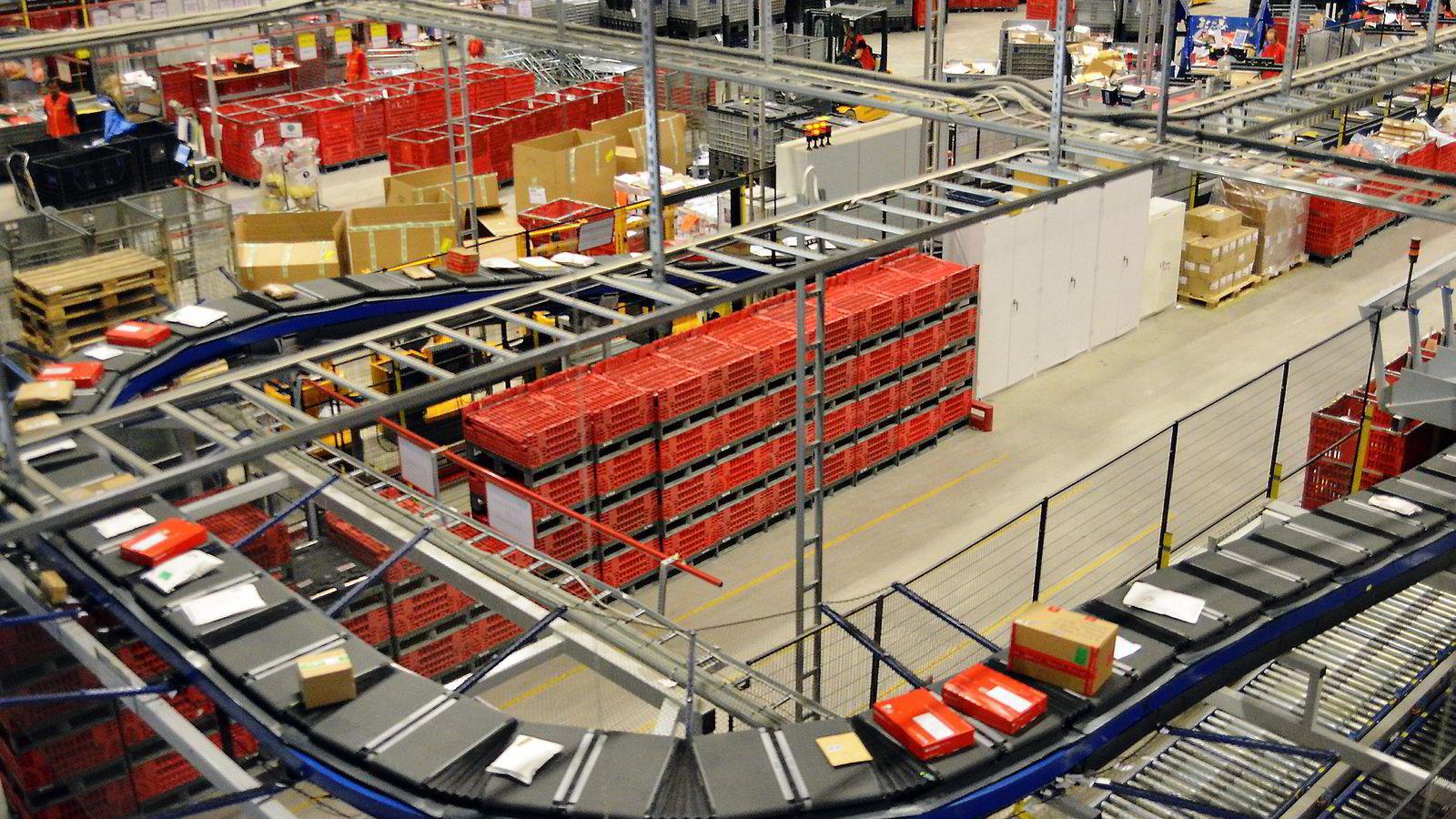 NETTHANDEL. Debatten er intens om det omtalte «forslaget» om å øke grensen for momsfri import fra 200 til 400 kroner for privatpersoner. Her fra sorteringsbåndet til Posten på Lørenskog.