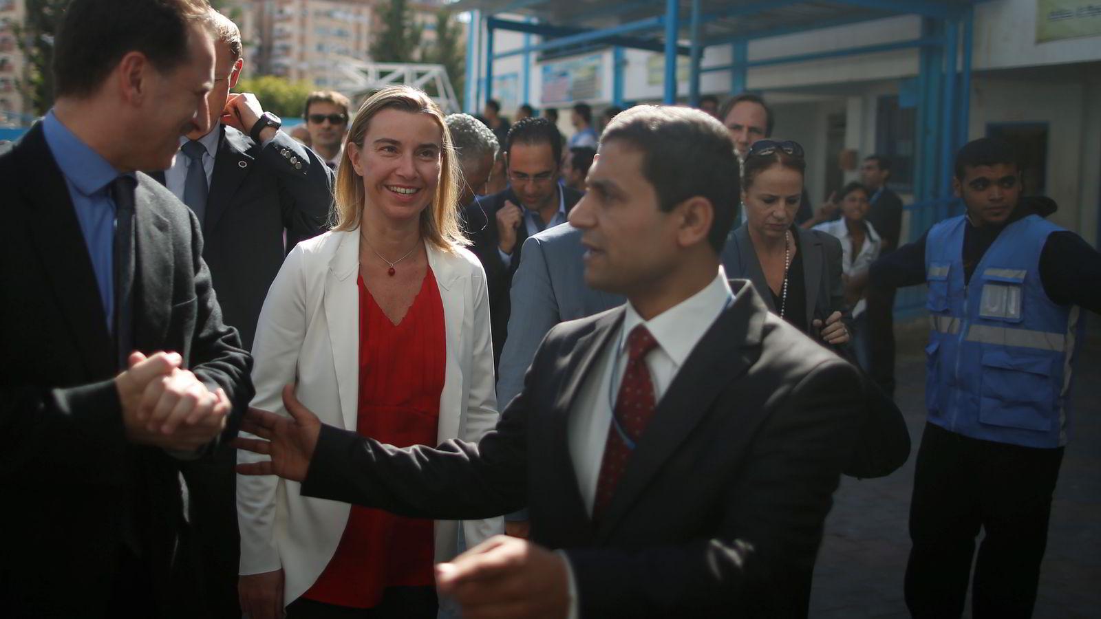 BESØK. EUs nye utenrikssjef Federica Mogherini besøkte blant annet en FN-drevet skole da hun var på Gazastripen lørdag. Foto: Reuters / NTB scanpix