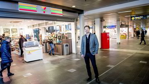 Det må være en god balanse mellom franchisetagerne og eierne, mener Magnus Reitan, administrerende direktør i Reitan Convenience. Her er han utenfor kioskene på Oslo S. Foto: Gorm K. Gaare