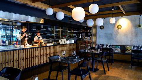 Moderne vertshus. Kjøkkenet på Genki strekker seg langs hele restaurantens langvegg.