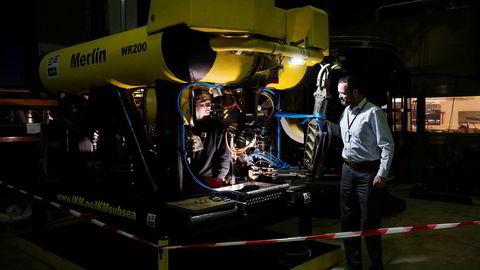 Ståle Kyllingstads IKM Subsea fikk før helgen en kontrakt som til sammen kan bety rundt 400 millioner kroner i omsetning. Her lærling Bojan Kandic som tester kontrollsystemet på en av IKM Subseas rov-er. Til høyre administrerende direktør Ben Pollard.