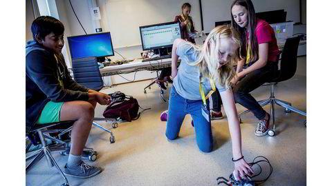Finjustering. Jayan Thayananathan, Marte Kilde Mosnes og Freya Hordern-Larsen sjekker om den programmerte roboten deres gjør det de vil den skal. Hvis alt går etter planen, skal den attpåtil spille «Til Elise». I bakgrunnen står Ingrid Solheim Underberget