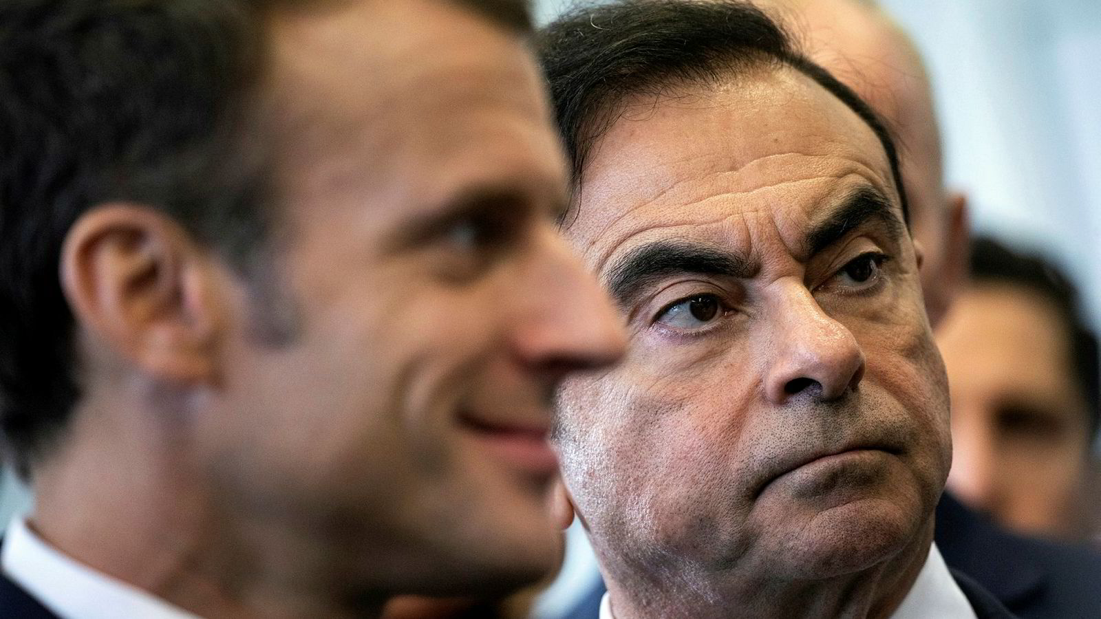 Frankrikes president Emmanuel Macron ønsker en sammenslåing, etter at Renault-sjef Carlos Ghosn (til høyre) ble arrestert. Her under et tidligere besøk ved Renault-fabrikken i Maubeuge.
