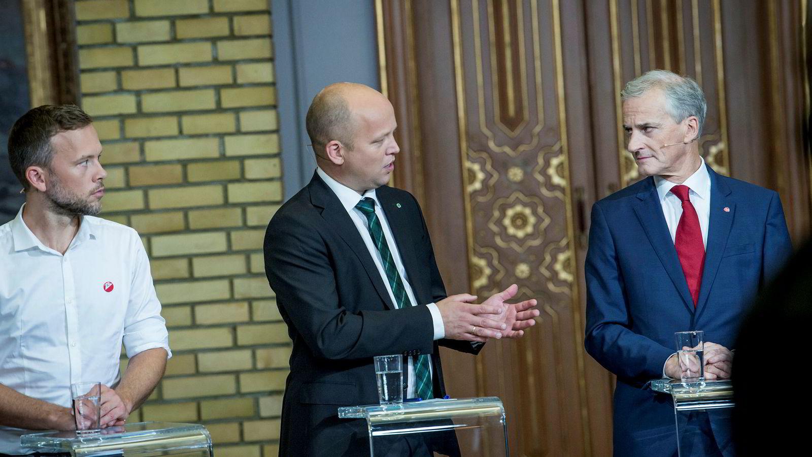 Sp-leder Trygve Slagsvold Vedum (i midten) vil ikke love seg bort til SV-leder Audun Lysbakken (til venstre). Valgnatten møttes de to, Ap-leder Jonas Gahr Støre og de andre partilederne i Stortingets vandrehall.