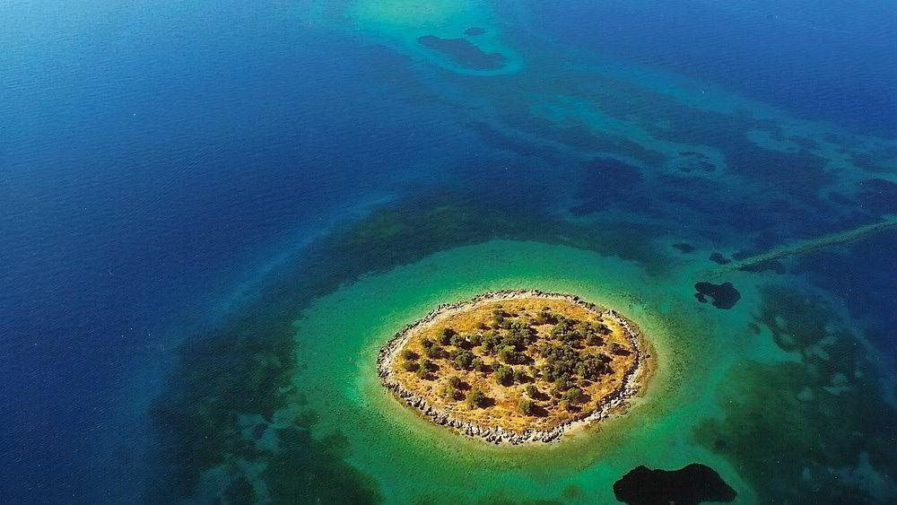 St. Athanasios Island, Hellas, ligger ved byen Itea og er på 8 mål. Den har en prisantydning på 1,5 millioner euro.