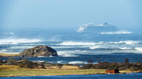 Cruiseskipet Viking Sky sendte lørdag ut mayday-melding da det mistet motorkraft og drev mot land i Hustavika. Det blåser fortsatt kraftig i området, men den verste faren er nå over for cruiseskipet Viking Sky utenfor kysten av Nordvestlandet.