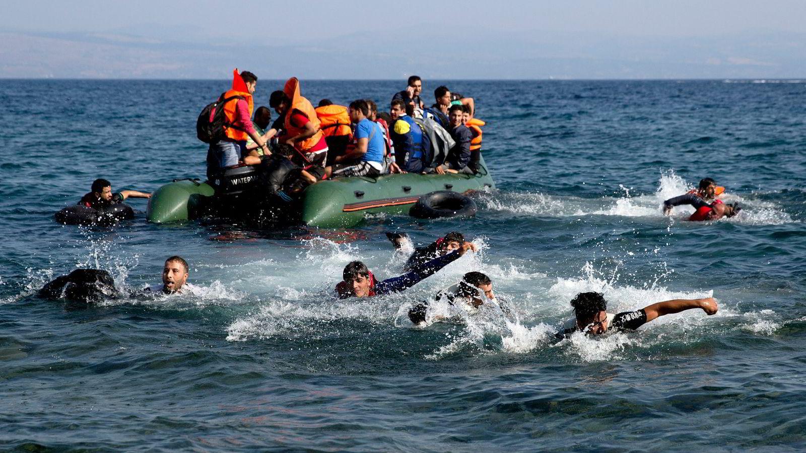 Nød og «velkommen-politikk» har gjort at hundretusener av flyktninger risikerer livet for å komme seg til Europa. Her fra øyen Lesbos i Hellas. Foto: Petros Giannakouris, AP/NTB Scanpix