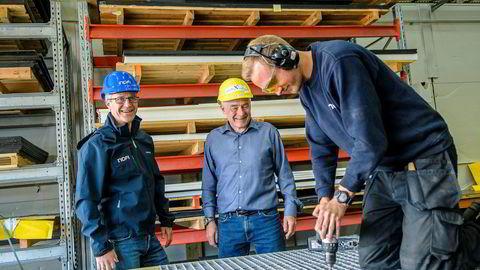 Nofi i Tromsø trapper opp satsingen på havbruk. Fra venstre avdelingsleder Gaute Kværnstuen i Nofi Havbruk, utviklingssjef Dag Nilsen i Nofi og produksjonsmedarbeider Elias Sandø.