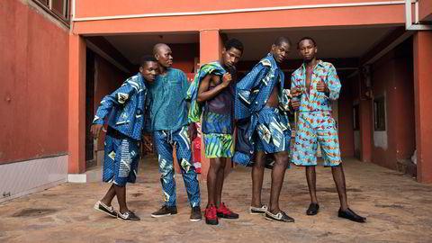 Håndverkerne. Det er tekstilfabrikkens arbeidere som står modeller for Haiks SS17-kolleksjon. Foto: Nii Odzenma