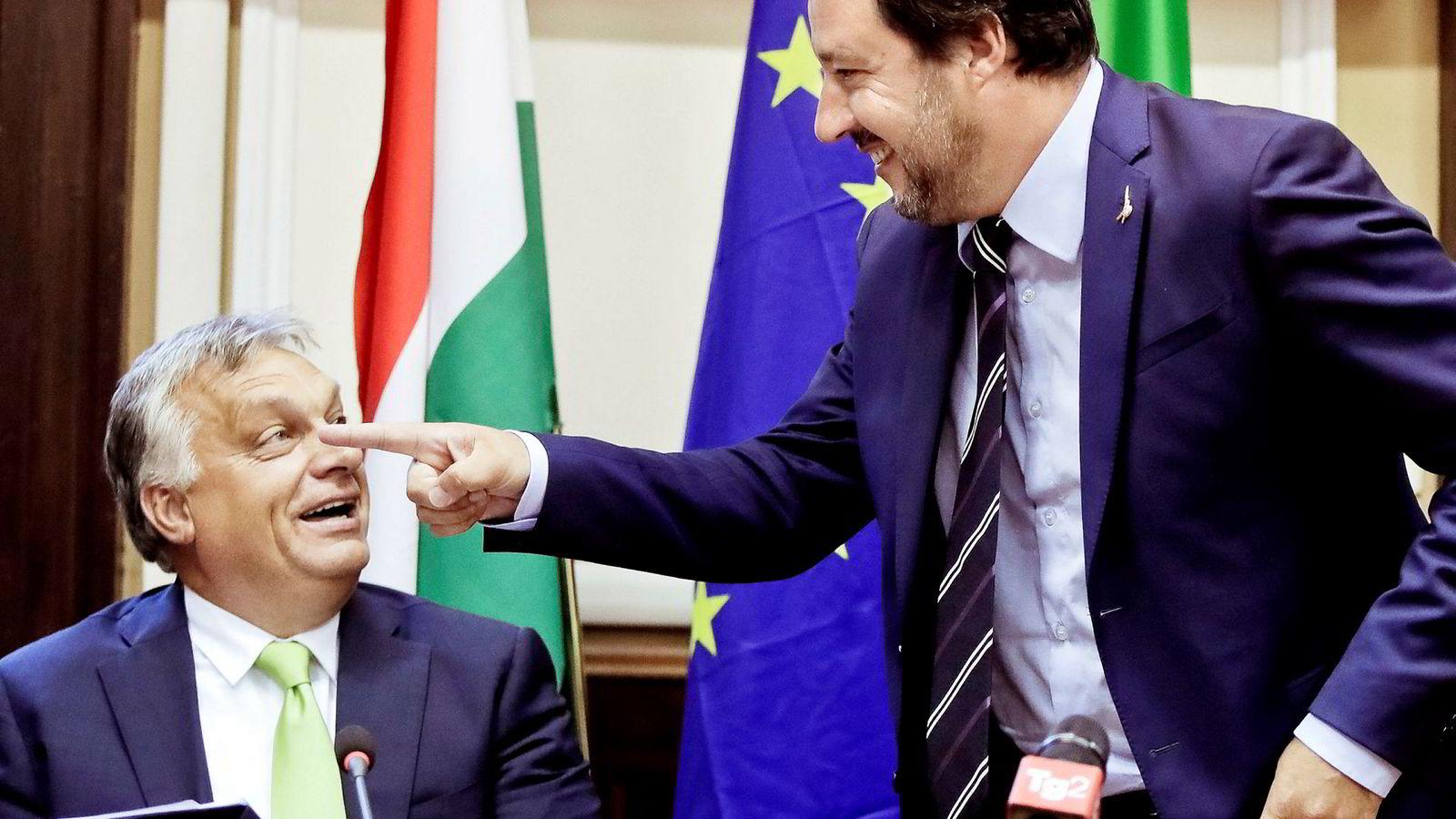 Italias innenriksminister og visestatsminister Matteo Salvini (til høyre) og Ungarns statsminister Viktor Orbán er helt enige om at migrantene må stoppes, både på land og til vanns.