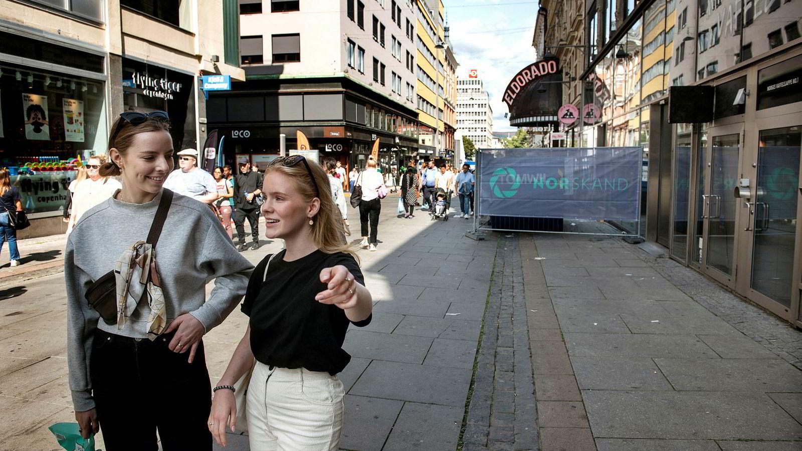 Maria Røsaker (tv) og Marte Tenden Karlsen har nesten sluttet å handle i tradisjonelle klesbutikker. Her er studentene utenfor en nedlagt klesbutikk i Oslo.