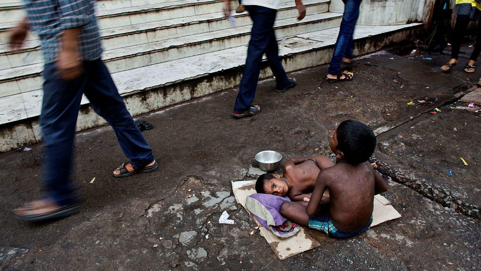 To hjemløse indiske barn tigger på et marked i Gauhati i 2016. Med utgangspunkt i en valgreform India gjennomførte i 2008 har Kalle Moene og hans kolleger med større sikkerhet kunnet påvise at økt ulikhet gir økt barnedødelighet.