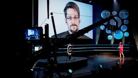 Edward Snowden kom med klare oppfordringer til forbrukerne av sosiale medier, og andre digitale nettverk, om å åpne øynene for den teknologiske utviklingen.