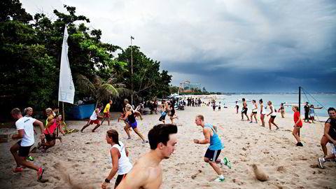 SLUTT. Høgskolen i Nesna har hatt 13 studier i utlandet, blant annet idrettsstudier på Bali. På befaling fra Kunnskapsdepartementet har skolen nå levert en plan for hvordan de skal avvikle tilbudet. Bildet er tatt av norske PT-studenter på Bali i en annen sammenheng. Foto: