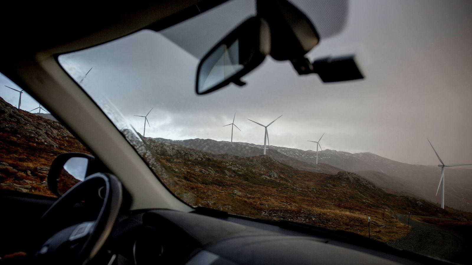 Midtfjellet vindpark på Fitjar, her sett fra bilen til driftsleder Lars Helge Landa i 2016.