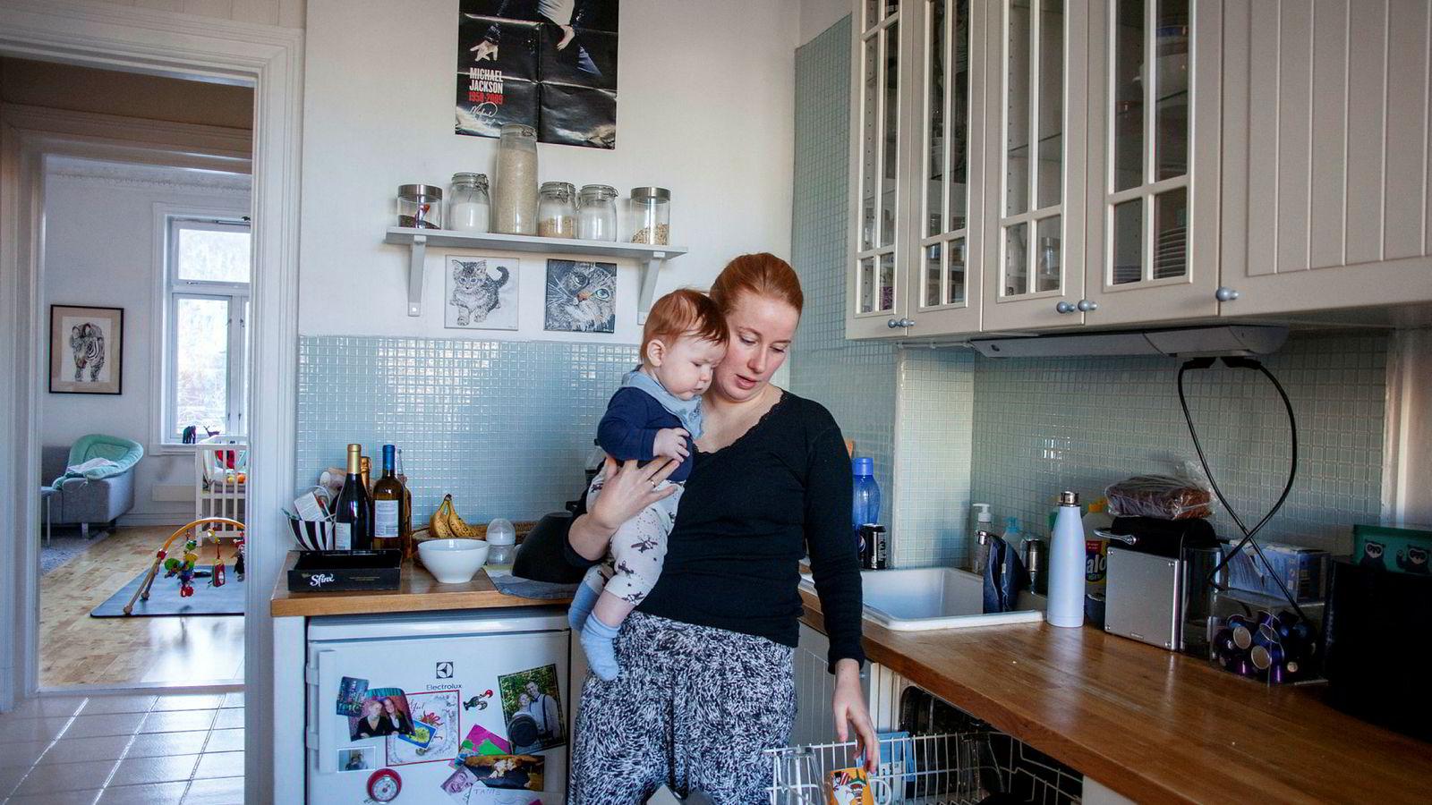 Aarsæther kunne ikke tenke seg noe annet enn å være hjemme med sønnen. Samtidig skjønner hun at flere reagerer på at hun og mannen har valgt det hun kaller en «gammeldags familiemodell».