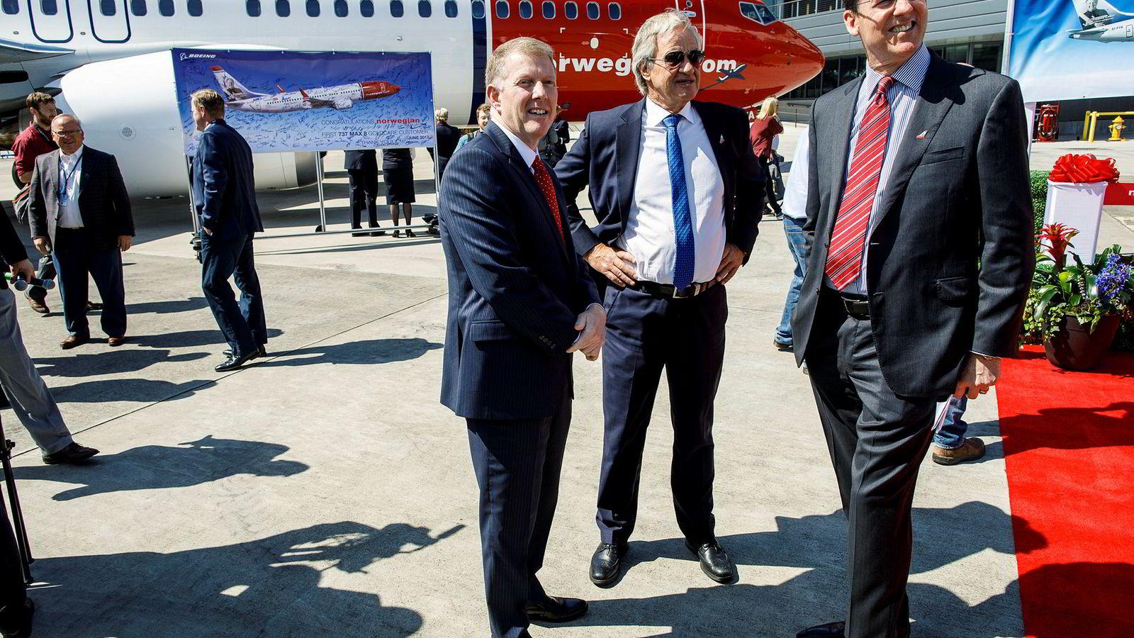 Konsernsjef Bjørn Kjos i Norwegian står her foran det første av over hundre fly av typen Boeing 737 Max som selskapet har bestilt. Fra venstre: Kevin G. McAllister, toppsjef for kommersielle fly i Boeing, Bjørn Kjos i Norwegian og Mark Norris, salgssjef for Boeing i Europa.