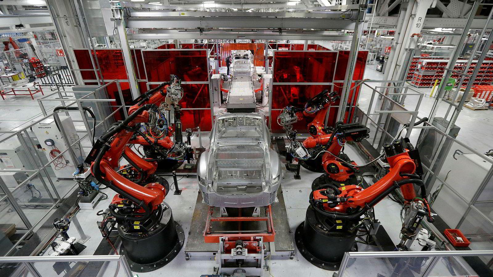 Roboter i arbeid under produksjonen av Model S ved Tesla-fabrikken i Fremont, California.