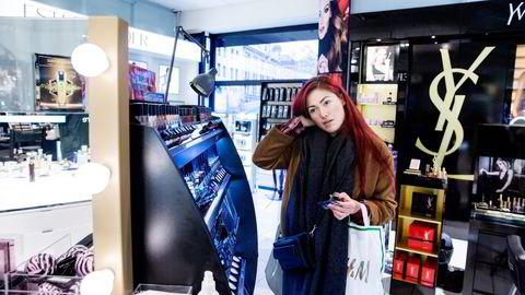 Evelina Schilling (22) tar screenshot av ting hun liker på Instagram og bruker det som huskeliste når hun shopper. Foto: Fredrik Bjerknes