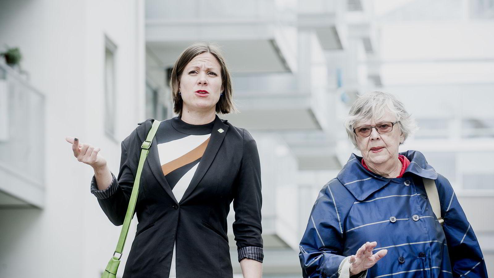 Leder Kari Gjesteby i Boligvekstutvalget overlever første delrapport til byråd for byutvikling Hanna E. Marcussen (t.v.). Foto: Gorm K. Gaare.