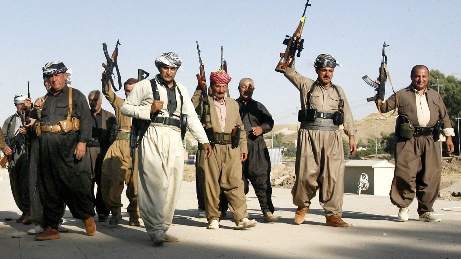 PRESSES. Kurdiske Peshmerga-soldater må nå kjempe mot IS, en av verdens best organiserte terrorgrupper. Her kurdiske soldater i den irakske landsbyen Khazer utenfor Mosul. Foto: Mohammed Jalil, EPA/ NTB Scanpix