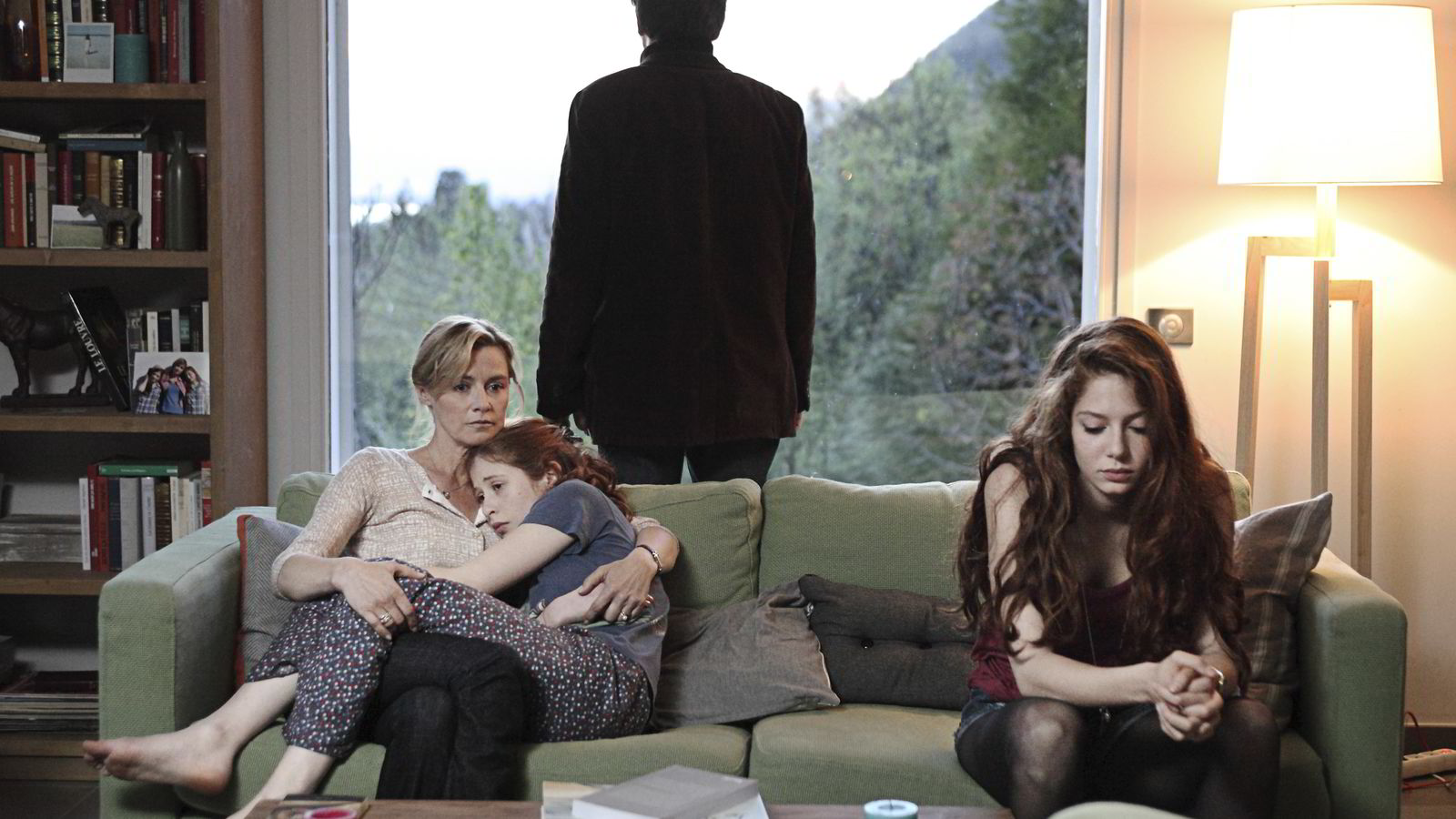 VAKKERT OG UHYGGELIG. De døde kommer tilbake som om ingenting er skjedd og vil gjenoppta sine gamle liv, i den franske serien «Gjengangerne». Her er Camille (Yara Pilartz) tilbake hos moren.
