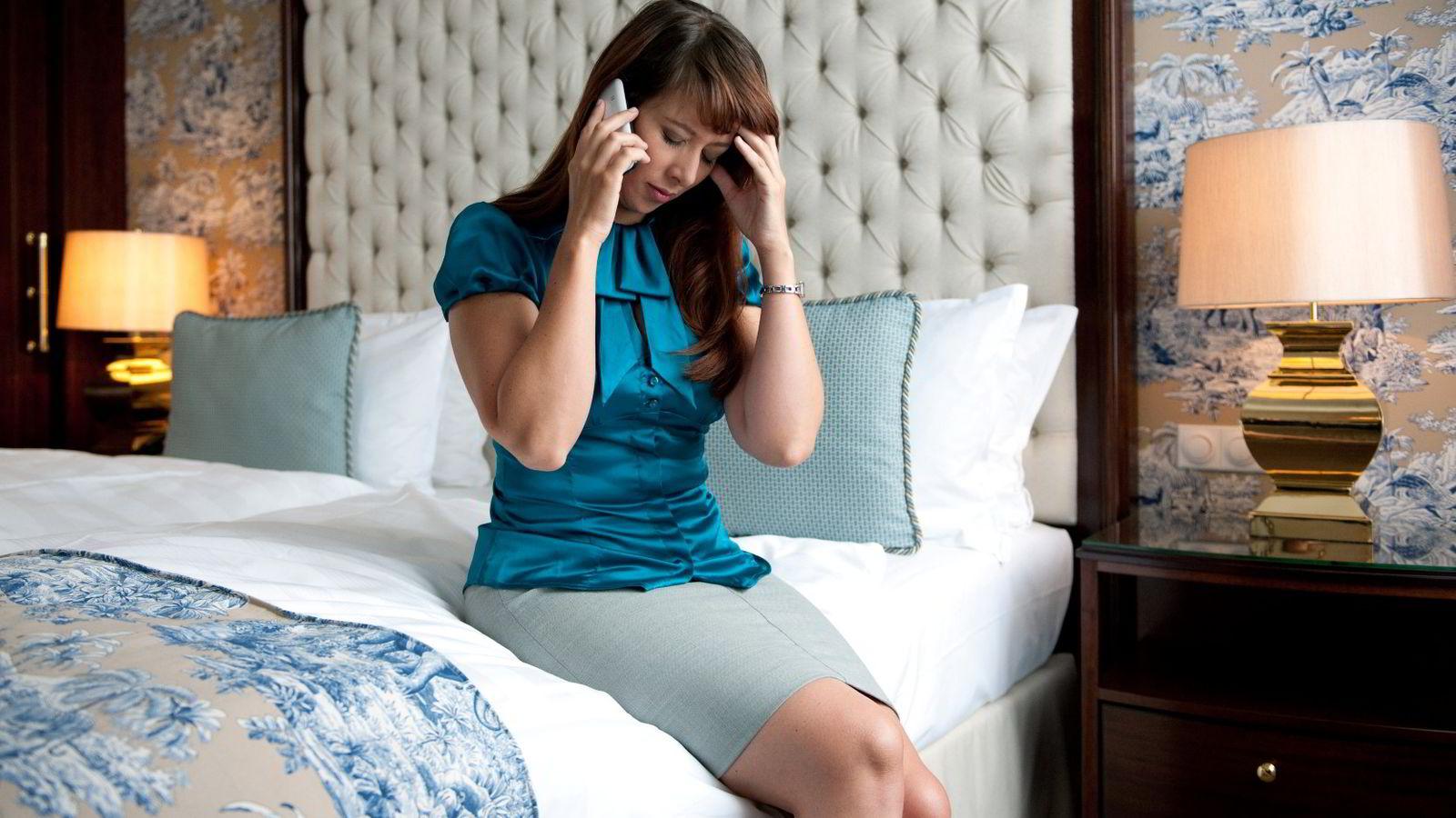 Det blir mindre sykefravær hvis man må informere sjefen direkte i telefon. Foto: Jan Haas /