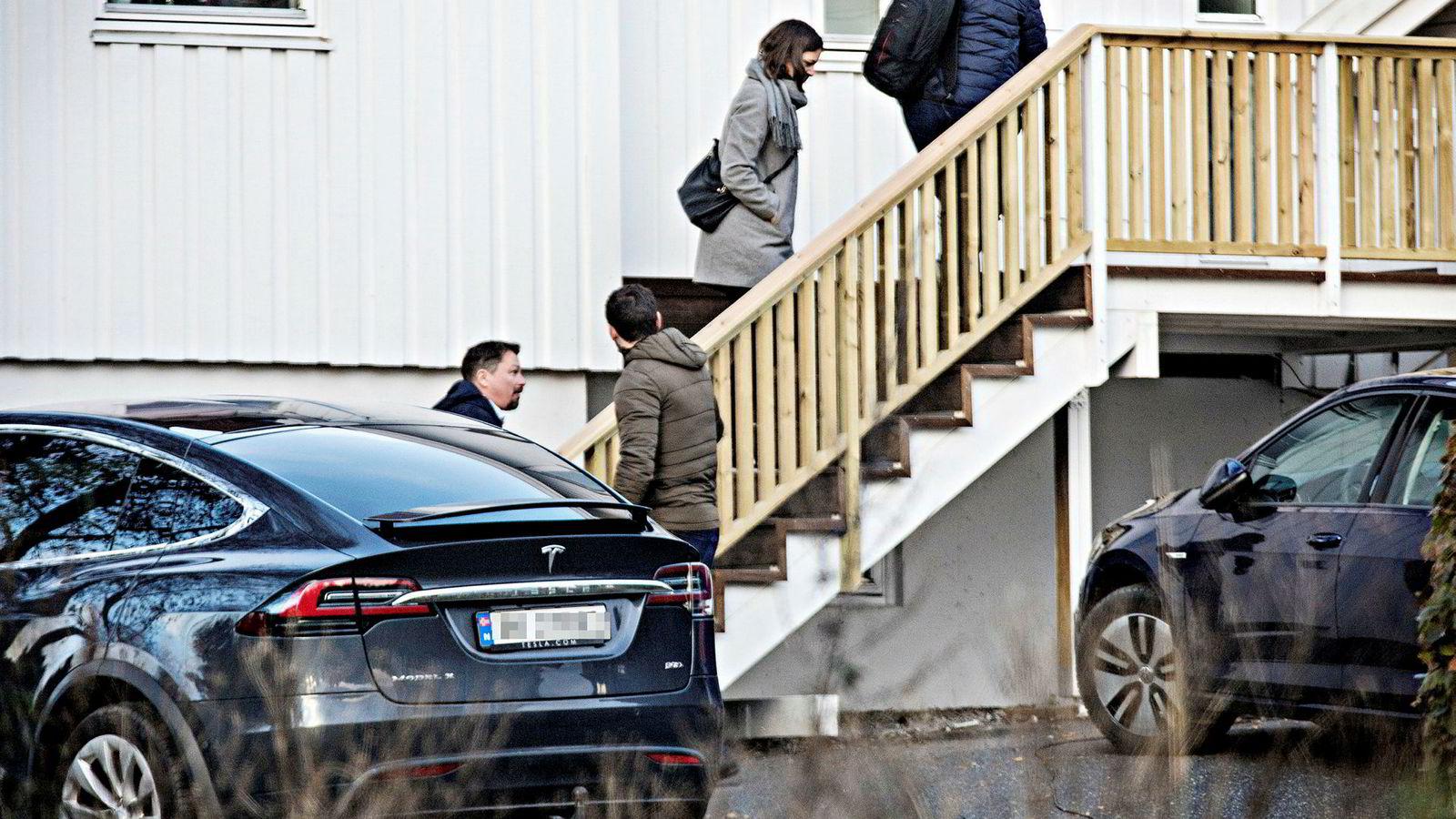 13. oktober 2017 fikk Geir Fredriksen (til venstre) besøk av Skattekrim. Da granskerne trålet dokumentbeslaget med 2,2 millioner eposter, ble det funnet et avtaleutkast der Fredriksen skulle få eierandeler i selskapet til en av investorene som solgte til Boligbygg.