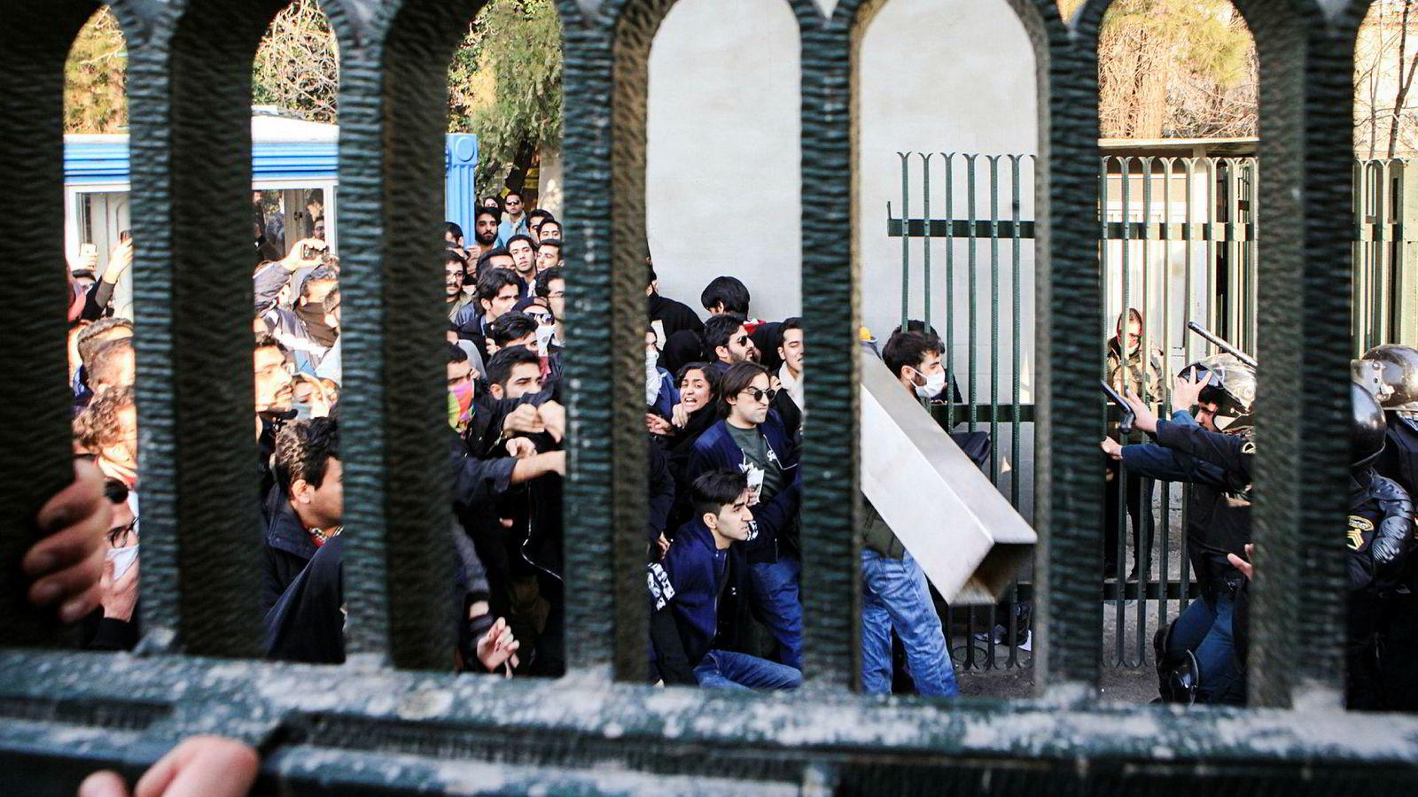 Demonstrasjonene startet i Iran torsdag og har økt i omfang. Det er spesielt arbeidsledige unge mennesker som demonstrerer. Det har vært store forventninger til økonomisk utvikling i Iran, men disse har ikke slått til.
