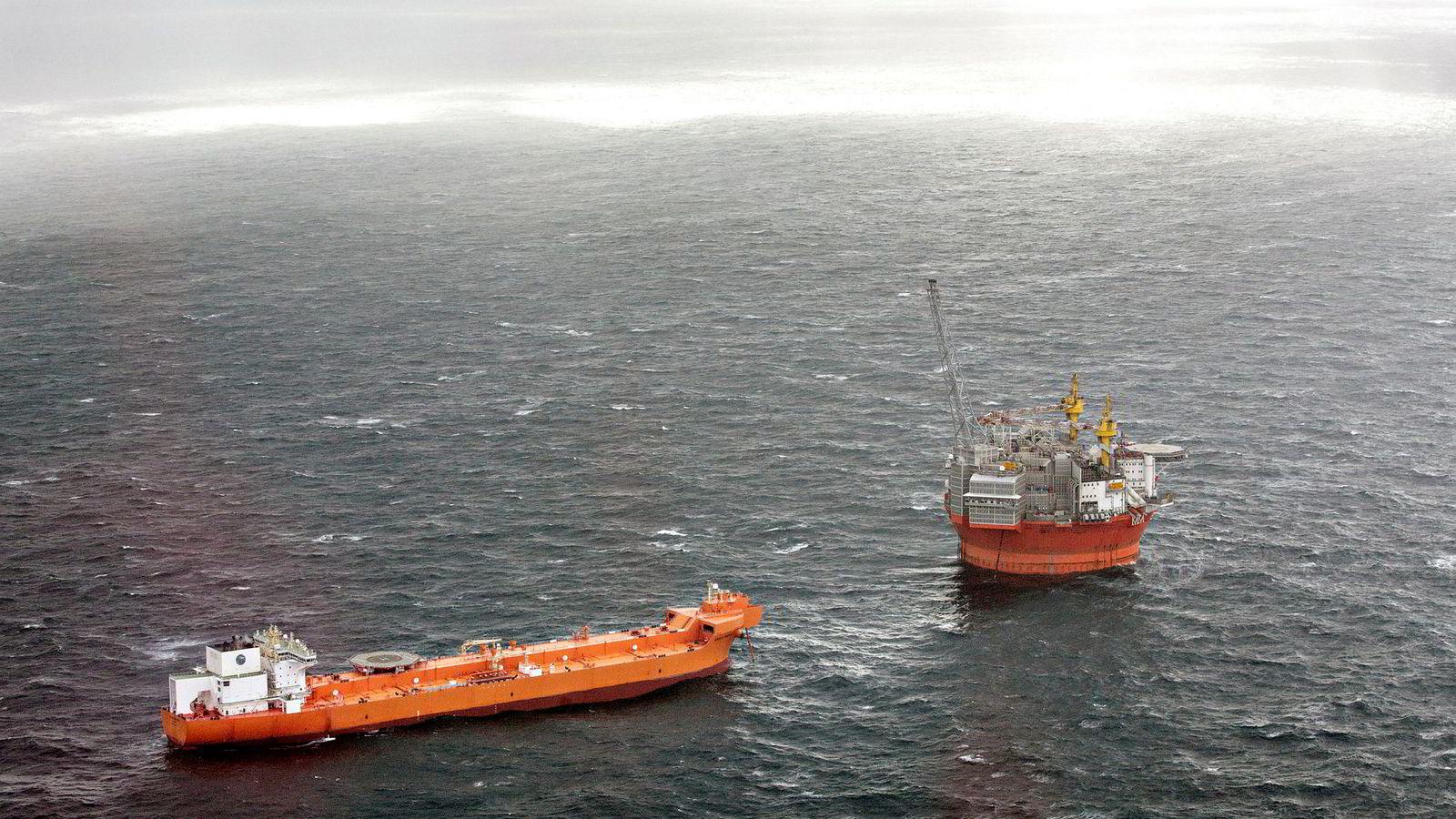 Meglerhuset Clarksons Platou Securities tror det er duket for fest i rigg og oljeservice. Her ses oljeplattformen Goliat og en bøyelaster i Barentshavet.