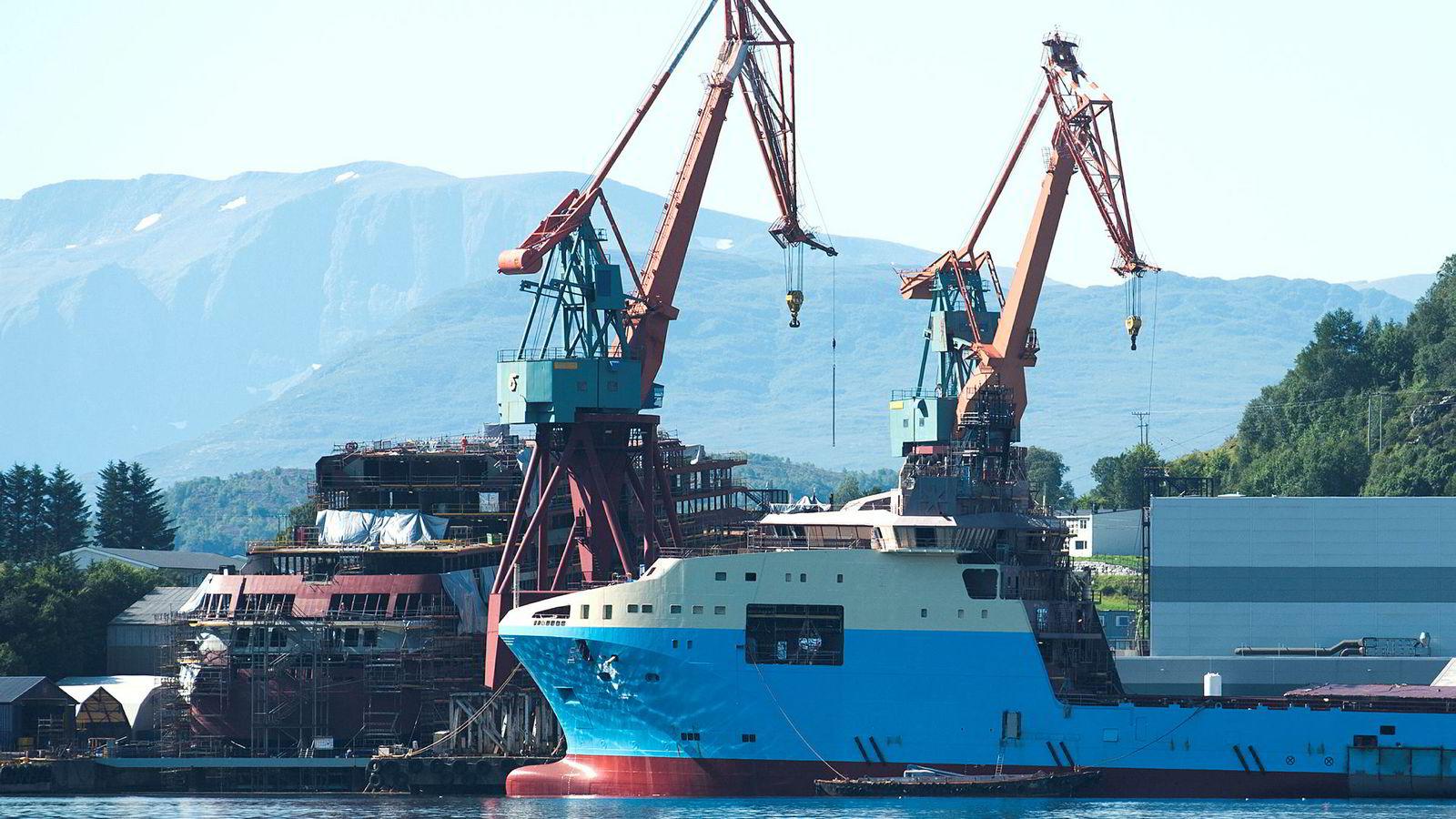 Det ser lysere ut for oljeservicebransjen i år. Bildet viser Kleven Verft og i forgrunnen en av båten som bygges for Maersk Supply Service.