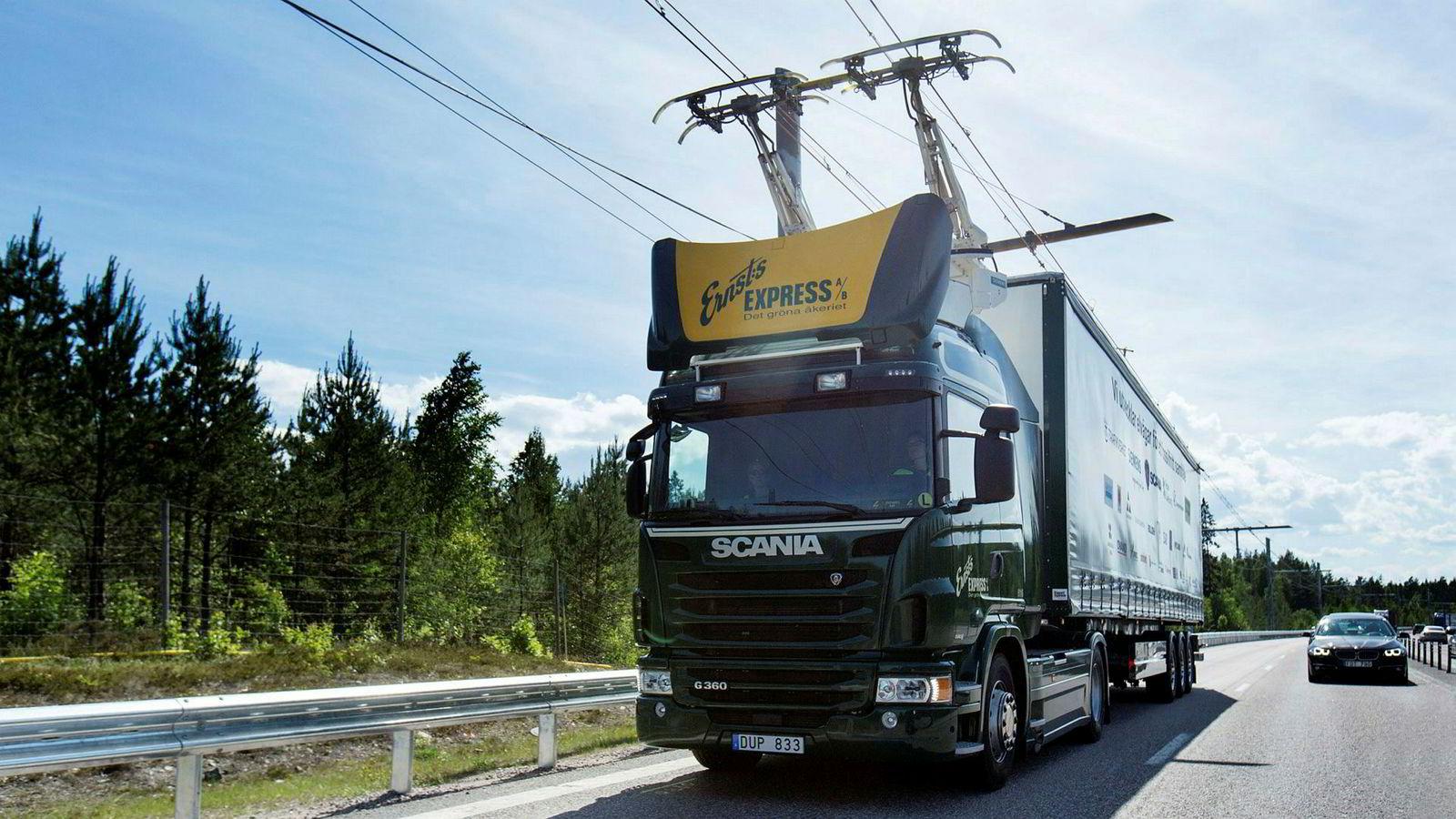 Her lades lastebilen mens den kjører – snart kan det bli virkelighet på norske veier