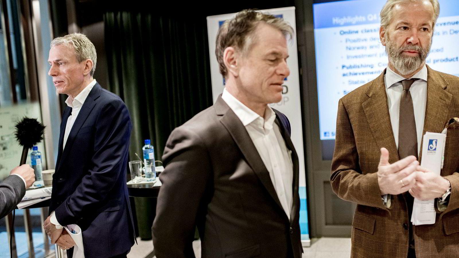 Schibsteds finansdirektør Trond Berger flankert av konsernsjef Rolv Erik Ryssdal (til venstre) og styreleder Ole Jacob Sunde (til høyre) etter en resultatpresentasjon i februar 2018.