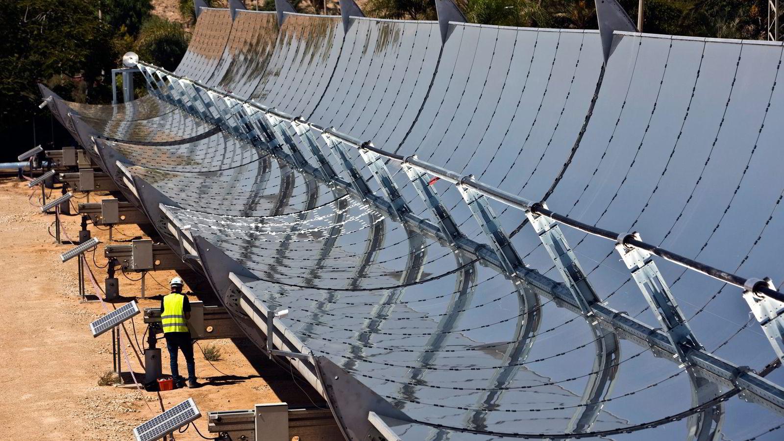 STATLIG SOL. Tar vi et større årlig overskudd fra Statoil, kan vi bruke statens andel av dette til å bygge opp en internasjonal solgigant. Her et Brenmiller Energy-anlegg i den israelske Negev-ørkenen. Foto: Nir Elias, Reuters/NTB Scanpix
