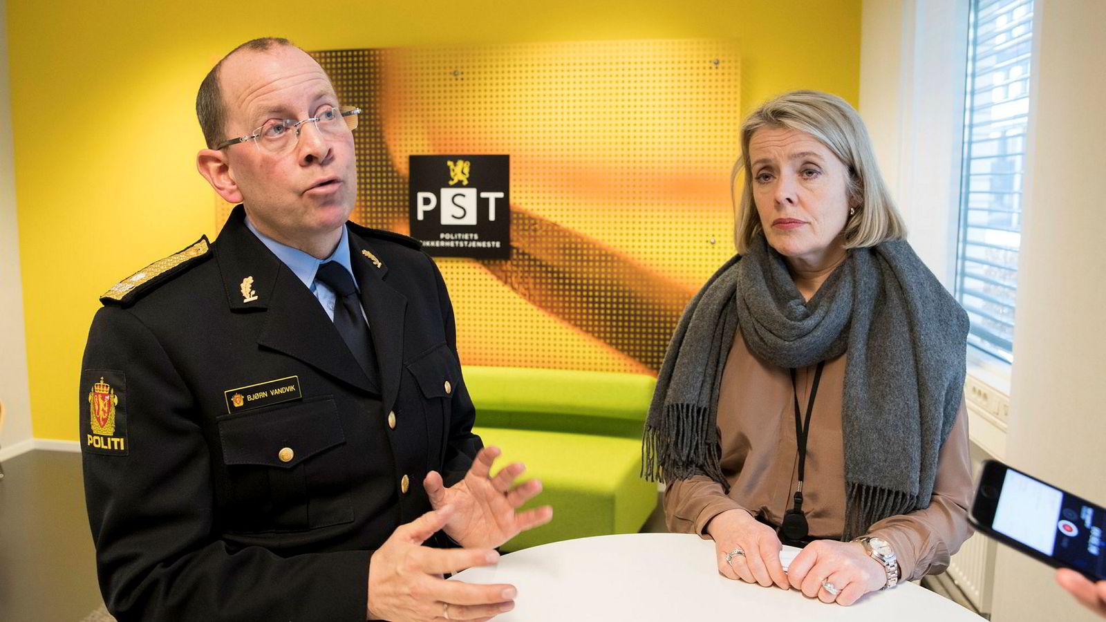 PST-sjef Benedicte Bjørnland og Oslo-politiets visepolitimester Bjørn Vandvik ser alvorlig på truslene mot Tor Mikkel Wara og hans familie.