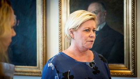 Finansminister Siv Jensen leier hytte av Johan H. Andresen.