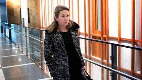 Lone Fønss Schrøder sitter og har sittet i styret i flere av Skandinavias største selskaper. Hun mener det er viktig at ikke styremedlemmene blir så avhengige av styrehonoraret at de mister sin integritet. Her avbildet i 2015 da hun vitnet i korrupsjonssaken mot fire tidligere Yara-topper.