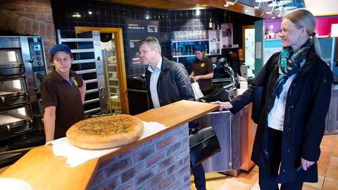 Umoe Restaurants-sjef Sverre Helno (i midten) og Marianne Ødegaard Ribe, sjef for Norgesgruppen Servicehandel, besøkte Dolly Dimple's på Skøyen da selskapene ble enige om fusjonen som nå er stanset.                    Foto: Per Ståle Bugjerde