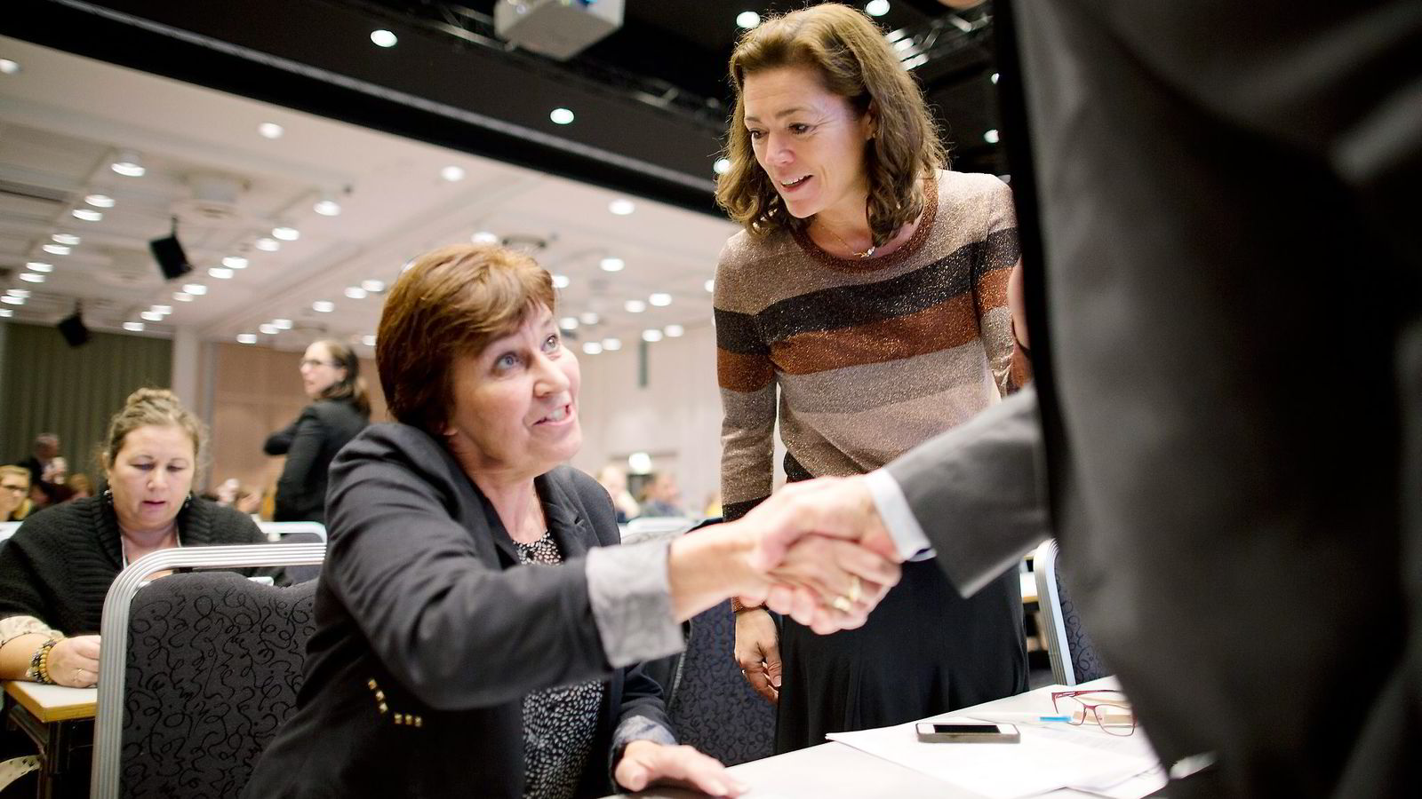 LO-leder Gerd Kristiansen (til venstre) og administrerende direktør i NHO, Kristin Skogen Lund. Begge parter er forsiktige foran vårens oppgjør. Foto: Øyvind Elvsborg