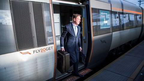 Equinors strategidirektør Al Cook ankommer Gardermoen med SK 802, tar flytoget til Lysaker og tar deretter bussen til Equinor på Fornebu.