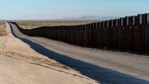 Det hvite hus har ikke tenkt å la seg stoppe av søksmål, og går videre med bygging av muren langs grensen til Mexico.