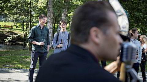 Carl Axel Aadne Folkestad (25) (fra venstre) og Christian Marinelli Johansen (22) og takket nei til MIT til fordel for Caltech. Ved gamle Akers MEK får de alkoholfri servering, musikk og historien til Aker før de reiser ut.