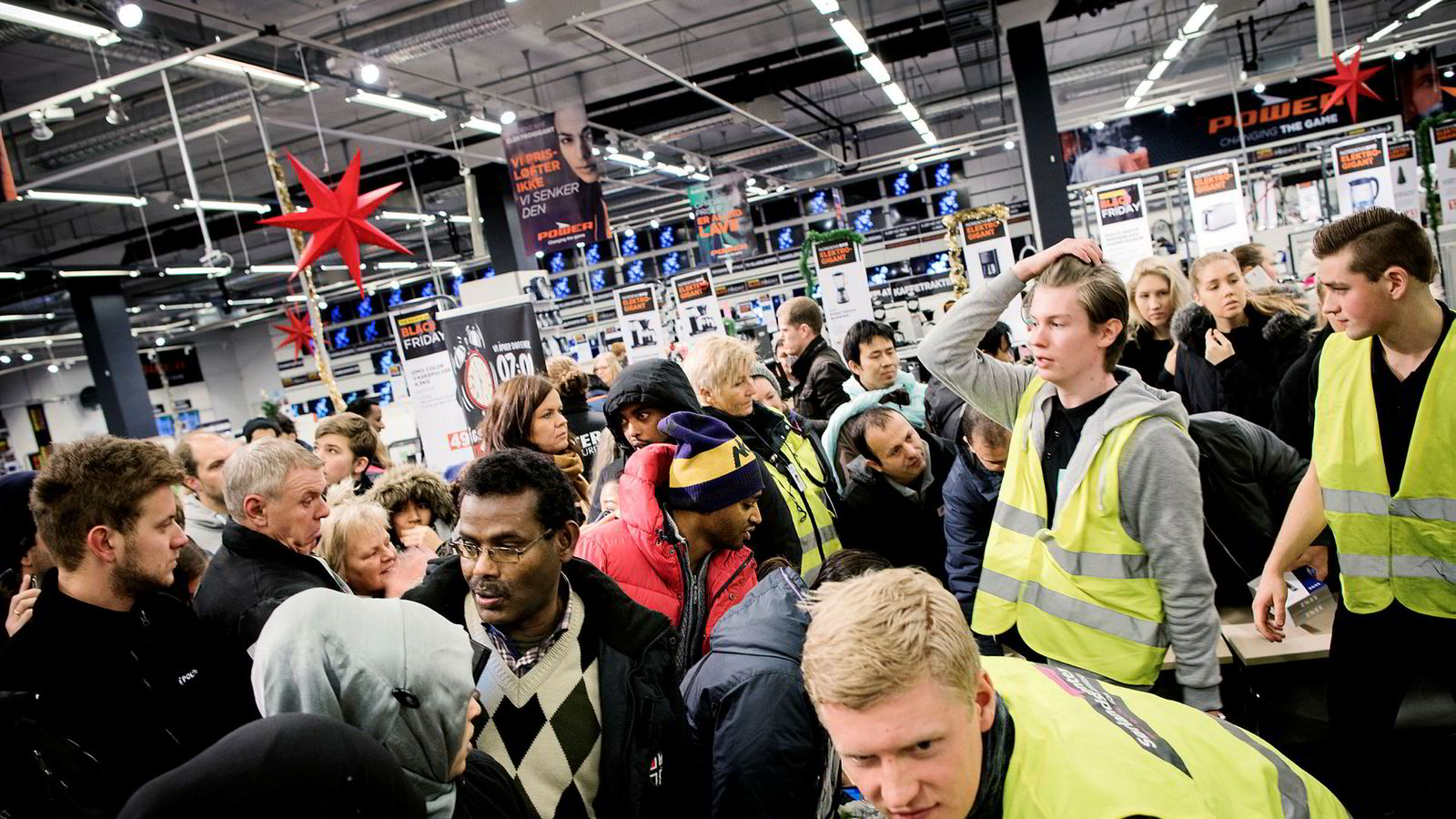 Detaljhandelen steg 0,9 prosent i november, blant annet hjulpet av Black Friday. Bildet er fra Black Friday på Sørlandssenteret utenfor Kristiansand i fjor.