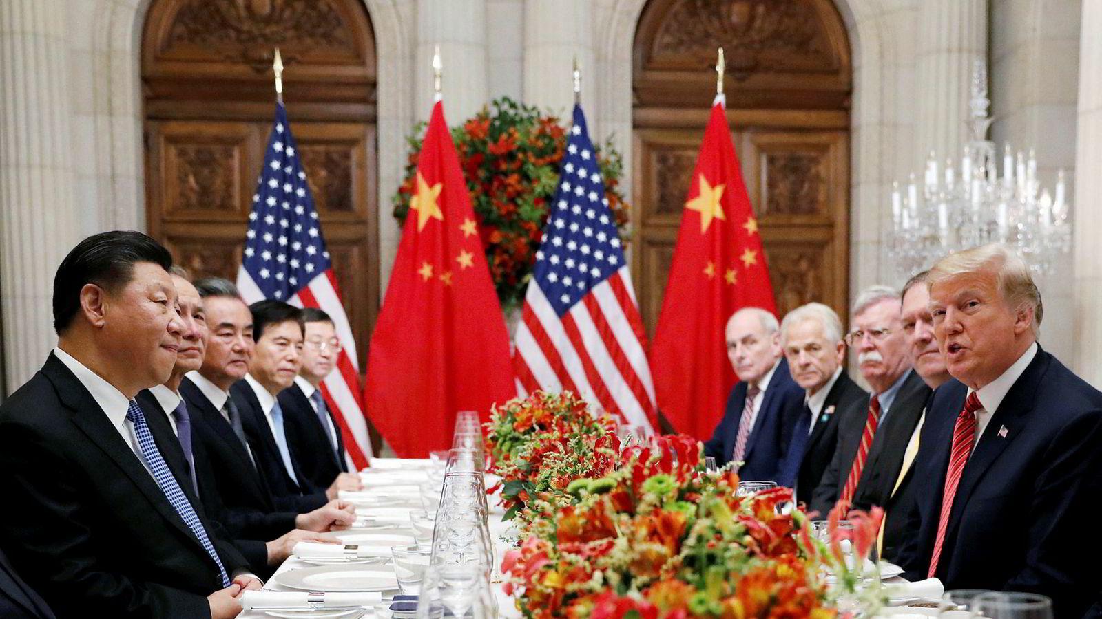 USA og Kina feirer utsettelsen av nye straffetoller. Landene har 90 dager på seg til å forhandle frem en avtale. Eksperter mener det er for kort tid. Her er USAs president Donald Trump (til høyre) og Kinas president Xi Jinping under en jobbmiddag etter G20-møtet.