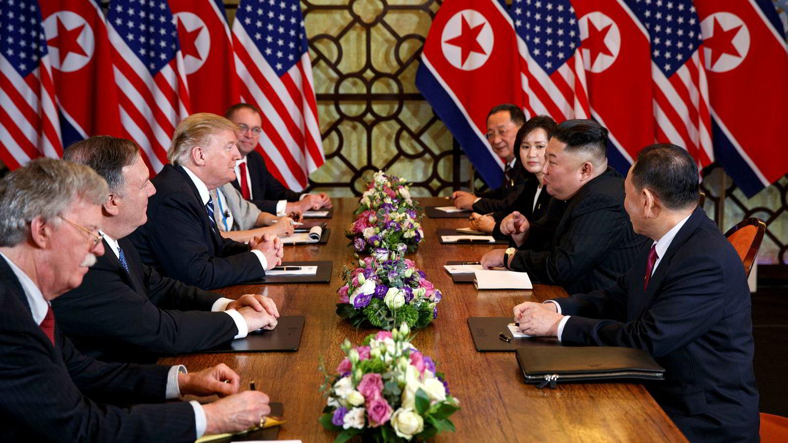 USas president Donald Trump, utenriksminister Mike Pompeo og sikkerhetsrådgiver John Bolton under et møte med Nord-Koreas leder Kim Jong-un og hans delegasjon i Hanoi 28. februar.