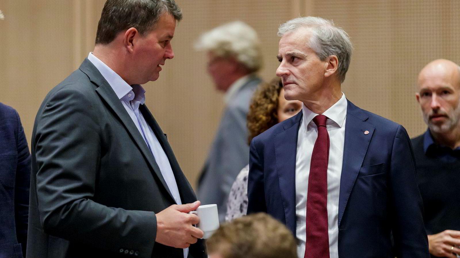 LO gir årets første valgkampbidrag til Arbeiderpartiet. Her ved lederne Hans-Christian Gabrielsen og Jonas Gahr Støre.