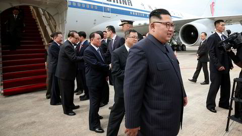 Nord-Koreas leder Kim Jong-un ankommer her Singapore tidlig søndag med et kinesisk fly. USAs president Donald Trump ankommer byen søndag kveld lokal tid.