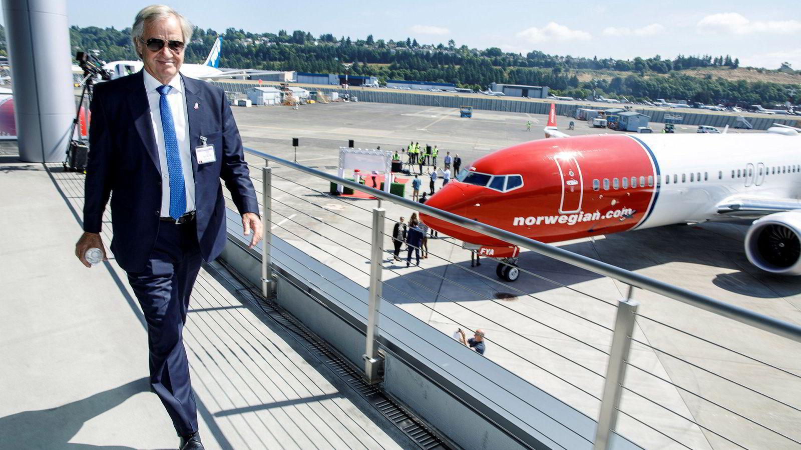 Norwegian-sjef Bjørn Kjos foran selskapets første Boeing 737 Max. I dag står flyet på bakken.
