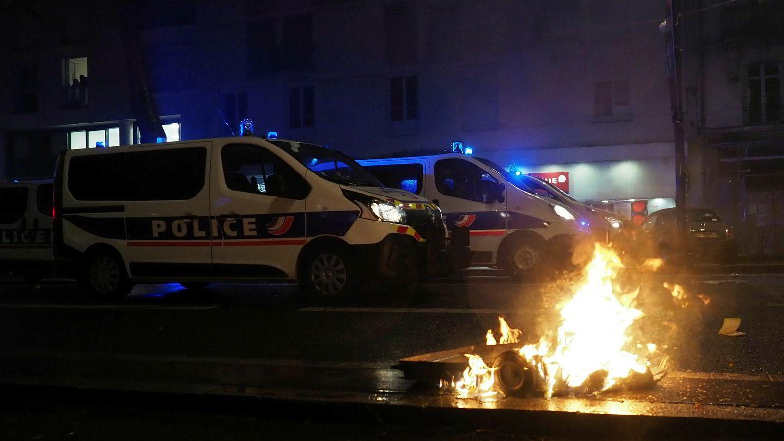 Det var kraftige protester mange steder i Frankrike i helgen. Her fra byen Tours lørdag.e destruction of a week earlier due to heavy security. (Photo by GUILLAUME SOUVANT / AFP)